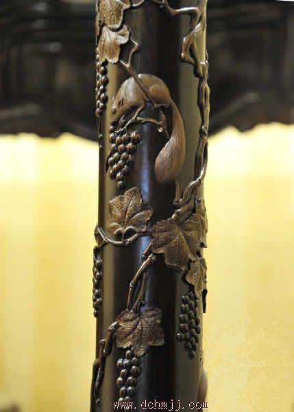 这五件套的豪伦红木家具,无一例外借鉴了欧式建筑的柱型,显得高大挺拔