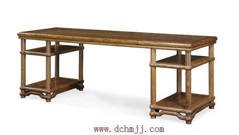 图为深圳大观园用檀香制作的木架几案