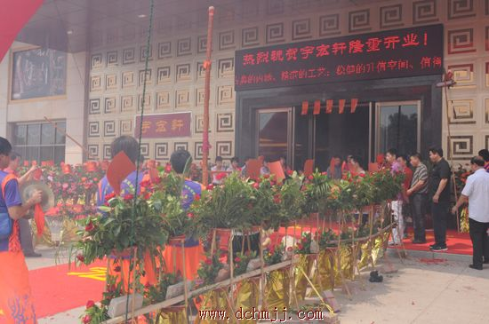 红木企业,家具协会等纷纷送来花篮,祝贺宇宏轩旗舰店正式开业