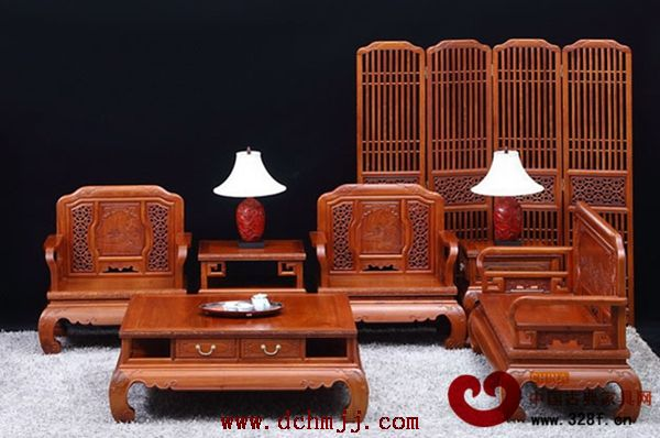 """布艺或皮质坐垫和靠垫,此类红木沙发可说是对古典家具进行的""""质变""""."""