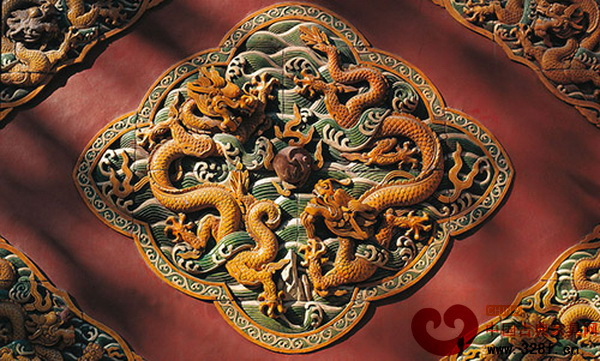 清朝时期,家具的龙纹图案龙发不再上耸,而是呈现披头散发状,龙身很